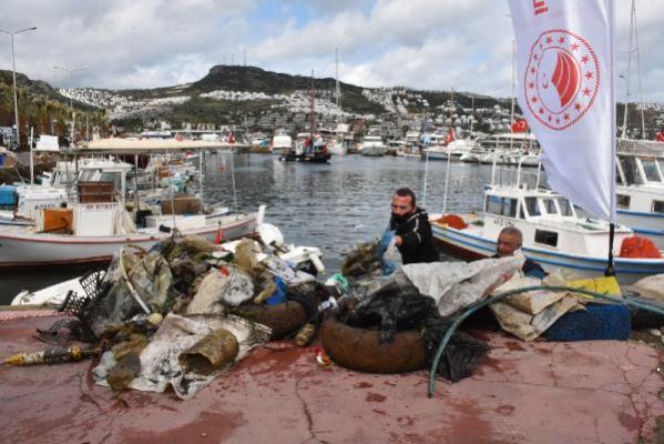 Bodrum'da denizden yarım ton atık çıkarıldı