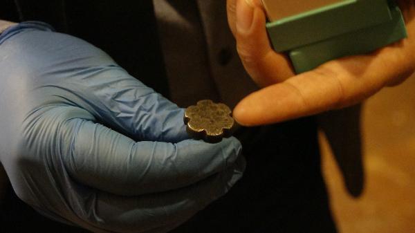 Tarlasında 3 bin 500 yıllık 'damga mührü' bulup yetkililere teslim etti! Çorumlu çiftçi ikramiyeyle ödüllendirilecek